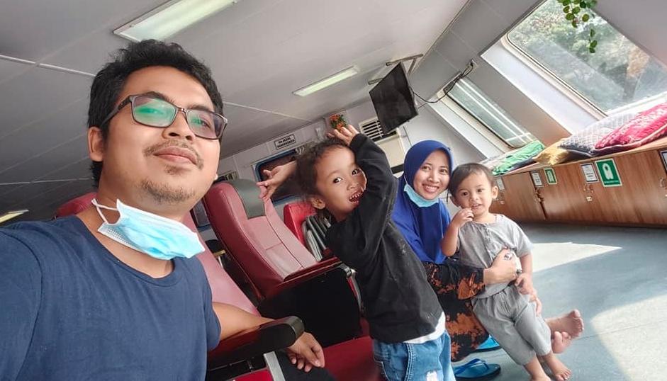 sedang berada di kapal ferry